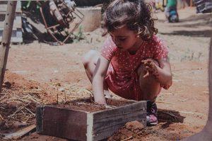 ילדה משחקת במוזיאון עין חי כפר מלל